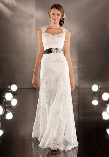 Beautiful and elegant wedding dress by Martina Liana. One of my top pics for the big day!