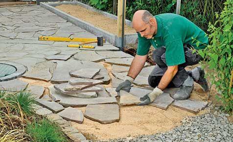 Polygonalplatten verlegen: Die alten Bruchstein-Platten wurden vorsichtig entfernt, gereinigt und als kleine Naturstein-Terrasse neu verlegt