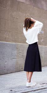 Witte sneakers kan perfect gecombineerd worden met een rok