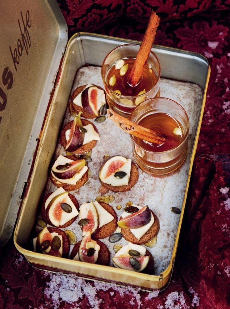 Mandelpepparkakor med taleggio och fikon