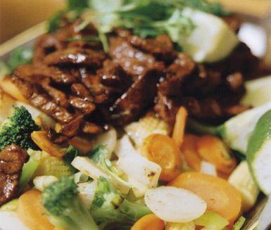 En thaigryta för hela familjen är denna med färsk skinkstek, äggnudlar och wokgrönsaker som serveras för sig. Nudlarna som smakar härligt av kokosmjölk får tillsammans med grönsakerna i currypaste och skinkan i soja härliga kamrater med mycket smak.