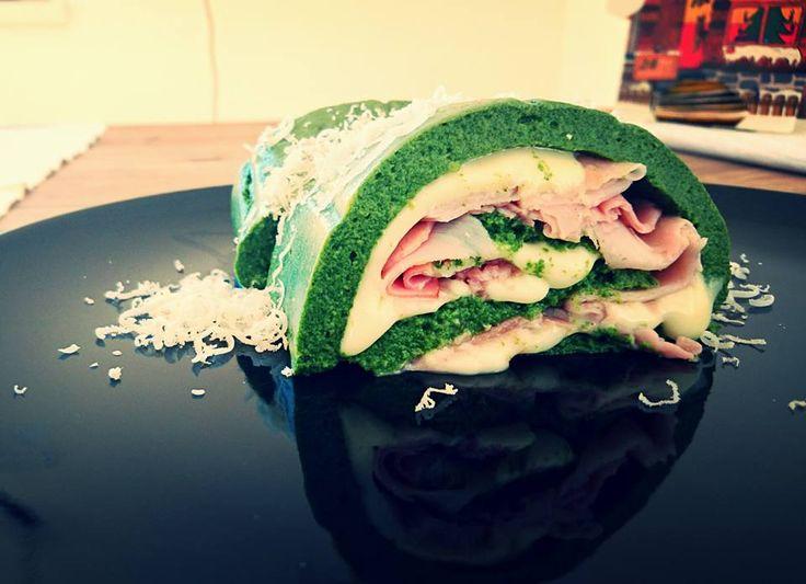 Menge: 2-3 Portionen Wos brauchi olls: 500g Spinat (TK) 50g Parmesan gerieben 2 Eier Salz/Pfeffer Füllung(Schinken, Käse, Tomaten…) Wia mochi des: – In Spinat kurz blanchieren folls er…