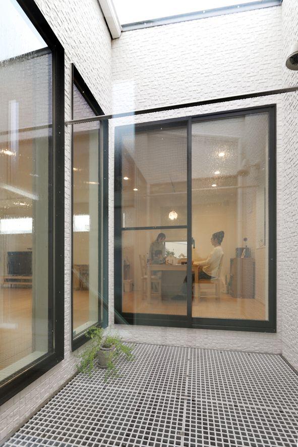 光庭にもグレーチング 格子状の床材 を張り 2階からも出られるよう