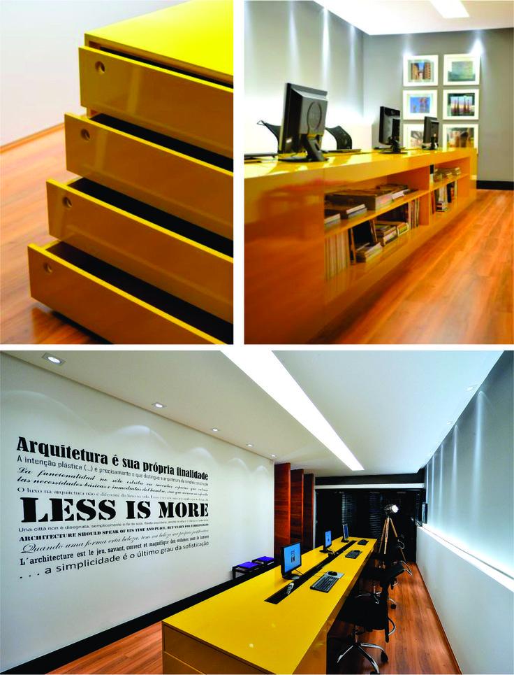 Escritório In Arquitetura - Londrina, PR - Sala de trabalho - A bancada de trabalho amarela é o destaque da sala. Uma ótima idéia também foi usar um adesivo na sala com as frases mais icônicas da arquitetura.