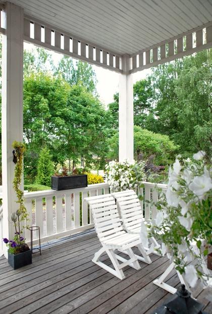 Via den blommiga och inbjudande verandan går man in både till parets bostad och till galleriet och kaféet.
