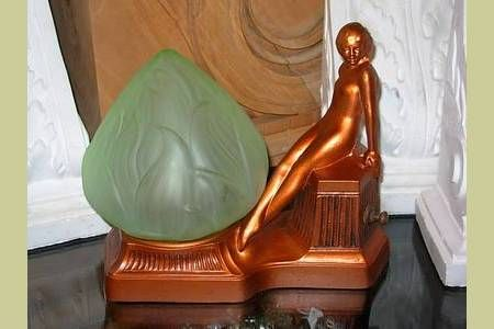 VINTAGE ART DECO NUART FIGURAL LAMP OF A RECLINING GIRL & GREEN GLASS FLAME SHADE