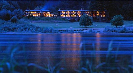 Luxurious rooms at TU TU TUN Lodge. Welcome to Gold Beach on the beautiful Southern Oregon Coast.  Rated #1 Lakefront hotel in the U.S. by Travel & Leisure Magazine.