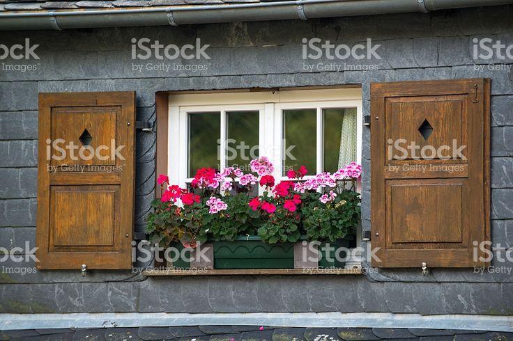 Старые окна с жалюзи и «рогожка» и цветочным рисунком, герань цветы, Германия Стоковые фото Стоковая фотография
