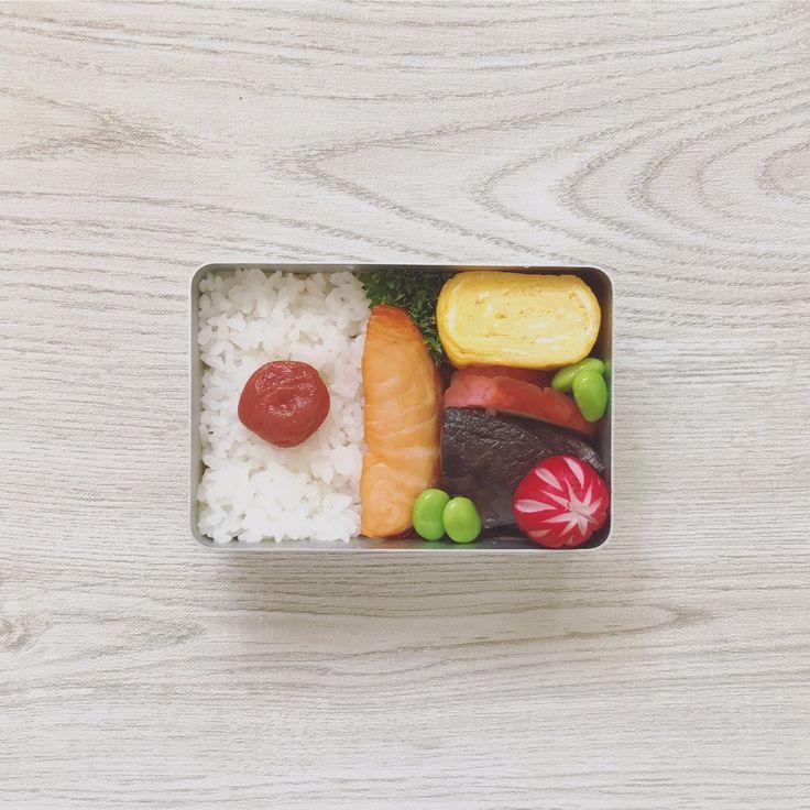 posted by @sa_yang38 お仕事です! 好物のしいたけの炊いたんをがっつり入れてやりましたd(^_^o) ごごも乗りきります。 台風もササッと行っちゃってくれんかな…。 お昼〜!( ´ ▽ ` )ノ #お弁当 #obentoart