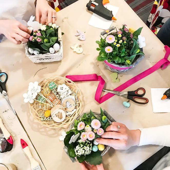 Már zsigereinkben érezzük a tavaszt!!! A legújabb PandArte workshopon még rá is erősítünk erre, hiszen friss, illatos, virágos asztali díszeket készíthettek velünk, egy tavaszi energiáktól nyüzsgő piac közepén:) Imádni fogjátok!  Ami biztos, hogy mi sok sok tavaszi virággal, ( hagymással és…