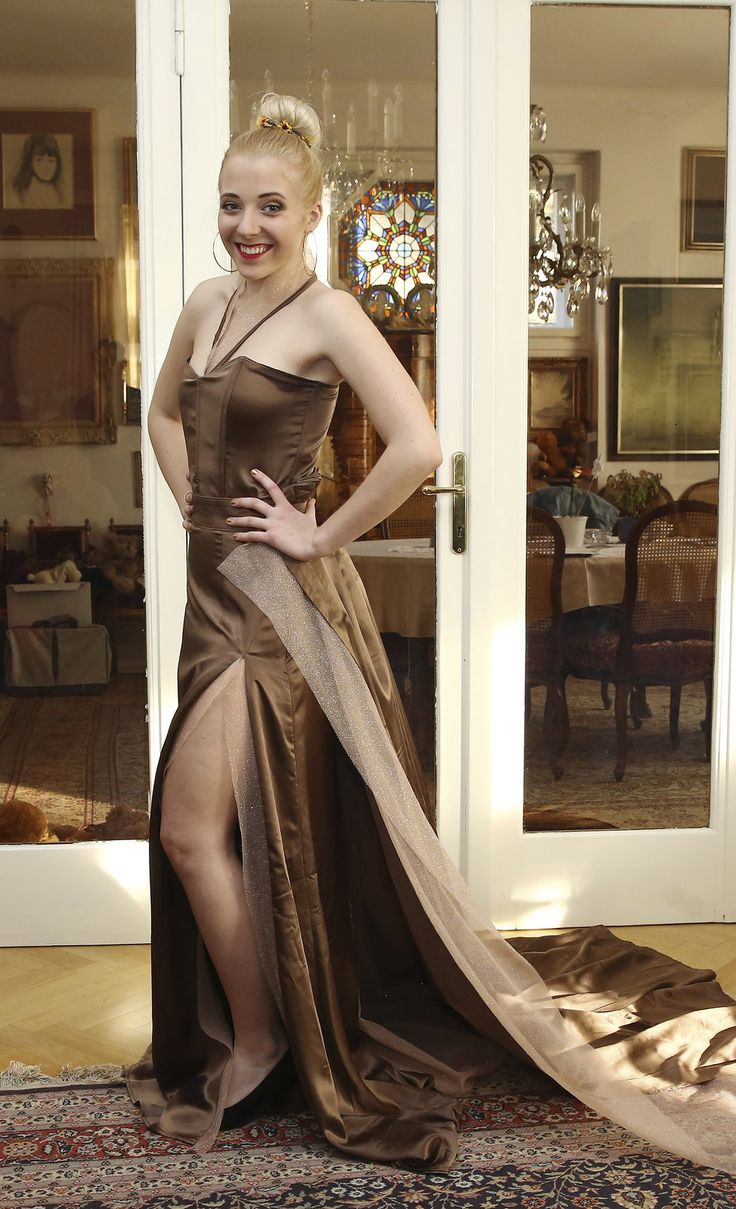 Róbu s vlečkou Aničce půjčila módní návrhářka Alena Wilson.