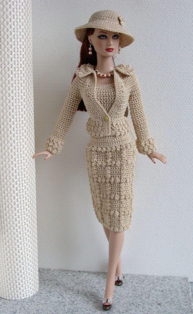 Roupa toda feita em crochê, com detalhes em miçangas <br> <br>cor cru, linha usada camila 100% algodão. <br> <br>Não acompanha sapato, boneca e bijuterias.