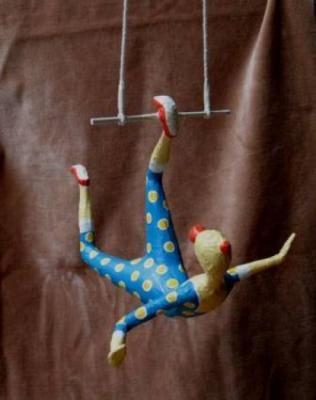 trapezista esultura do brasil - palhaço em maché papel  jornal,fita crepe,cola  goma escultura em papel,papietagem