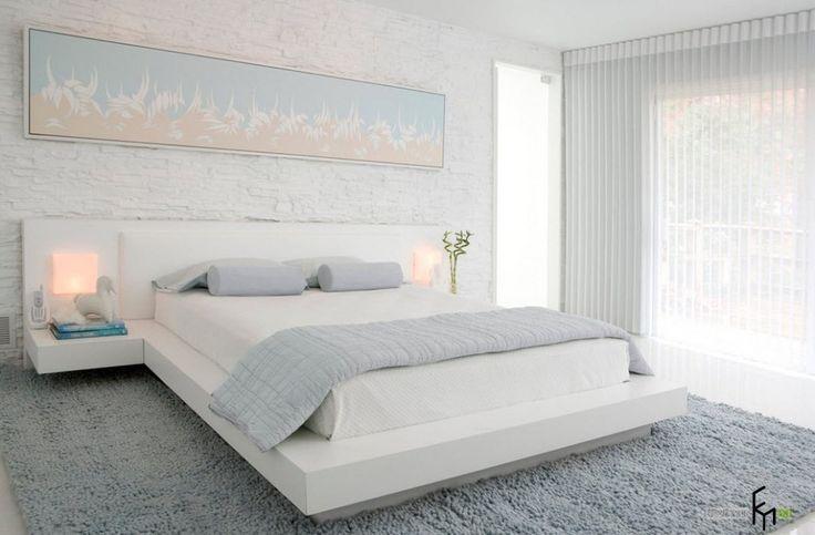 кровать с тумбочками и светильниками