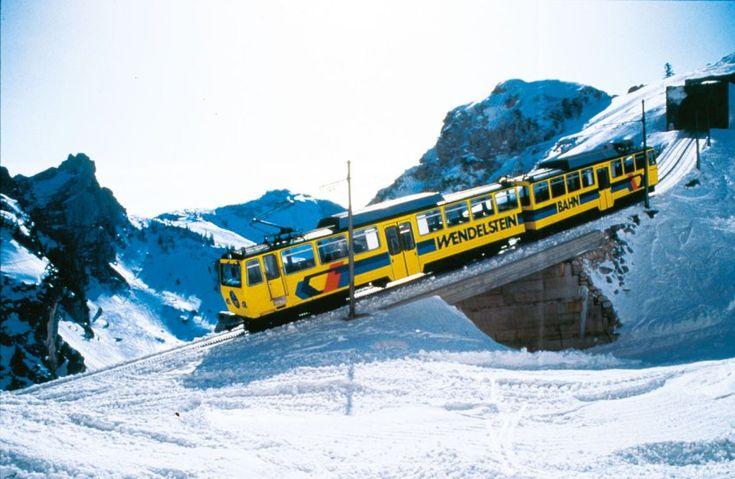 Die 30-minütige Fahrt mit der historischen Zahnradbahn auf den Wendelstein ist ein Erlebnis für sich. Das kleine, gleichnamige Naturschnee-Skigebiet ist unter versierten Skifahrern ein Geheimtipp.