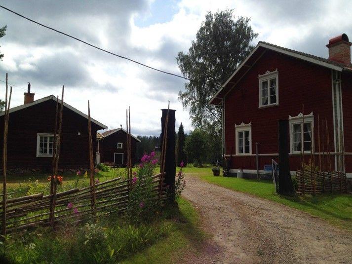 Hyr denna idylliska Hälsingegårds huvudbyggnad till er semester. Ett riktigt genuint och trevligt boende med anor från 1800-talets Sverige. Här bor ni med utsikt över åkrar, skog och mark. Klicka vidare på bilden för mer info, bilder och möjlighet att hyra boendet till er semester i Sverige.