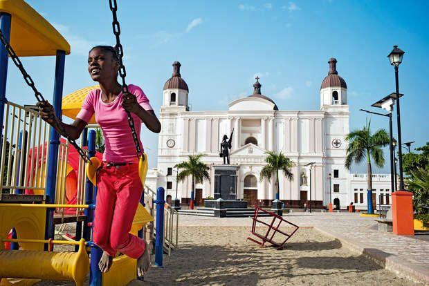 La Cathédrale Notre-Dame de l'Assomption du Cap-HaïtienSixans après leterrible séisme qui a frappé Haïti le 12 janvier 2010, le pays, habitué à affronter l'adversité, relève une nouvelle fois la tête et rêve d'attirer les touristes. Pour cela, la première république noire de l'histoire compte sur ses plages, mais aussi sur son riche patrimoine culturel.Dans le nord de l'île, Cap-Haïtien est fier de son architecture miraculeusement conservée malgré les tourments du passé. Telle sa…