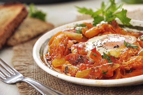 Αυγά μάτια με πολύχρωμες πιπεριές και ντομάτα/Shakshuka