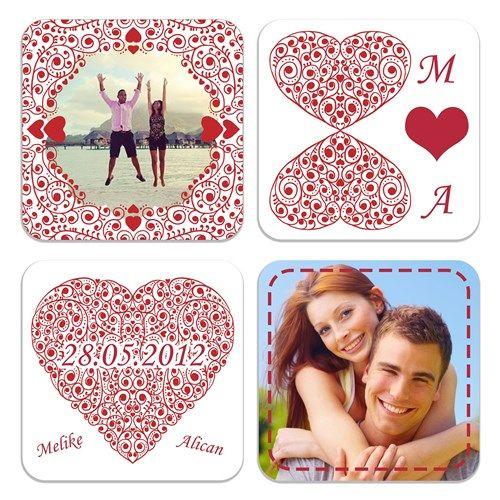 Aşıklara Özel 4lü Magnet ve BArdak Altı Seti artık Buldumbuldum.com da. Aşk dolu tasarımı sizi kendine hayran bırakacak olan Aşıklara Özel 4lü Magnet ve BArdak Altı Seti sevgililer günü için sadece sizlerle.