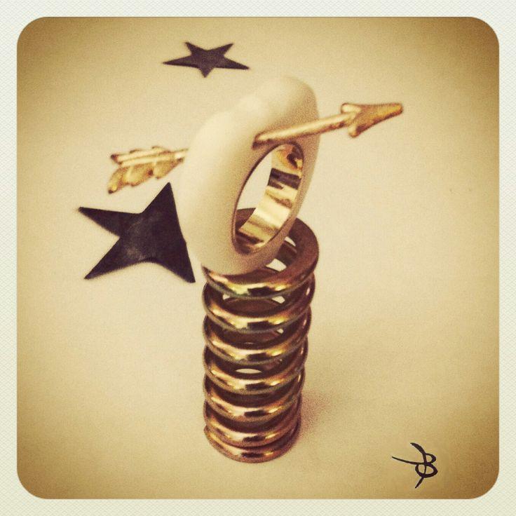 Κοσμήματα από μάρμαρο.   Handmade carved marble-silver ring with silver arrow gold plated