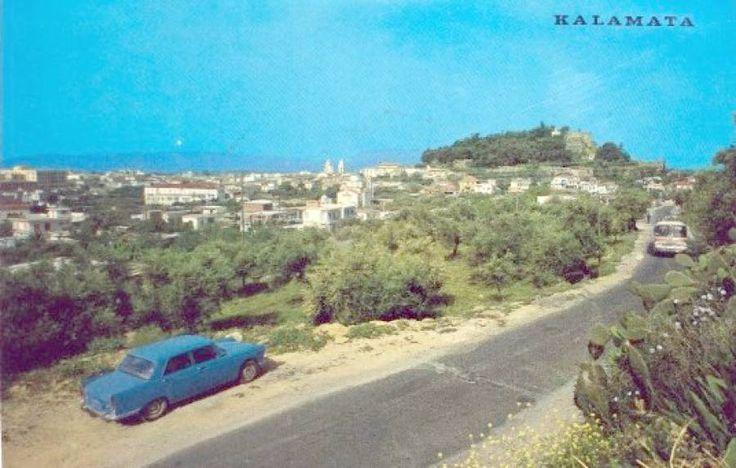 Μια διαφορετική εικόνα του Κάστρου της Καλαμάτας, από την οδό Σπάρτης, στο μεταίχμιο των δεκαετιών 1960 και 1970.  Τραβηγμένη πιο ψηλά από την προηγούμενη, η φωτογραφία αυτή έχει πλέον ως πρωταγωνιστές το λεωφορείο και την... παρκαρισμένη κούρσα.   [Από καρτ-ποστάλ εποχής]
