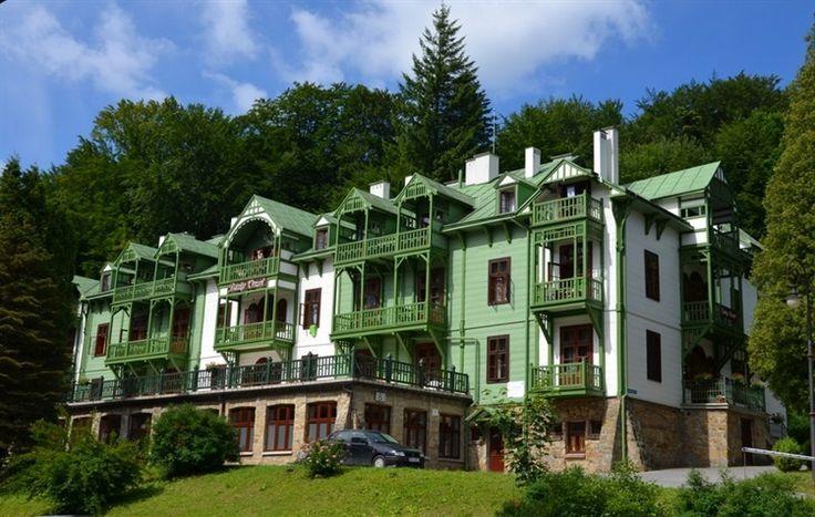 """Sanatorium """"Biały Orzeł"""" w Iwoniczu Zdroju.  Został wzniesiony w 1912 roku. Zbudował go mistrz ciesielski z pobliskiej Klimkówki Florian Wajs i jego bracia Jan i Antoni."""