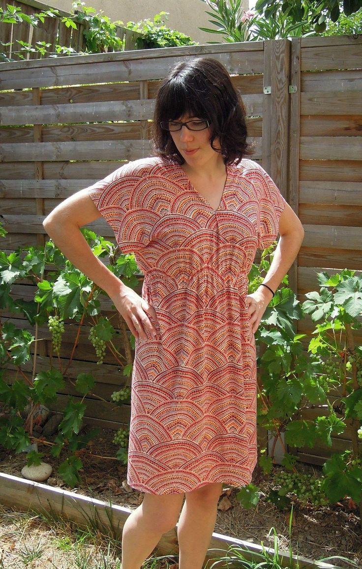 J'avais une idée de robe en tête alors je me suis lancée, comme ça, sans patron. Une robe taillée dans un grand rectangle de tissu, élastiquée à la taille et avec un minimum de couture. Je me…