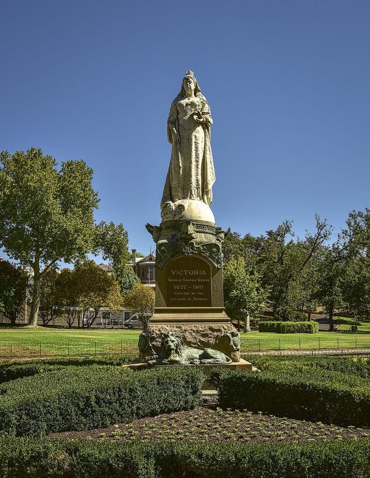 RoyalAuto July16. 10 things to love about Bendigo. Rosalind Park Queen Victoria Statue. Photos: Anne Morley. #royalauto #bendigo #rosalindpark #queenvictoriastatue #statue