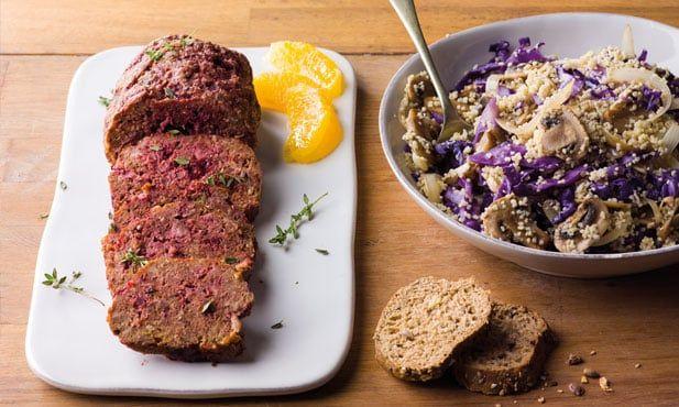 Esta receita de rolo de carne picada com beterraba é simples e cheia de sabor. A beterraba, rica em ácido fólico e potássio, é o ingrediente chave desta receita.
