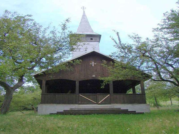"""Biserica de lemn din Remecioara Maramures - Obiective Turistice Maramures, Biserica de lemn """"Nasterea Preacuratei"""" din Remecioara, comuna Remetea Chioarului, judetul Maramures, a fost ridicată în secolul XIX(1850). Figurează pe lista monumentelor istorice."""