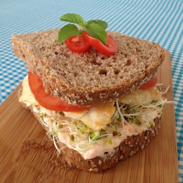 [Ingredientes]: •100g de peito de frango grelhado sem óleo •2 fatias de pão 100% integral •Brotos de alfafa (ou alface) •1 tomate •1 colherzinha de queijo cottage •1 colherzinha de cenoura ralada. [Preparo]: Só montar o sanduíche normal