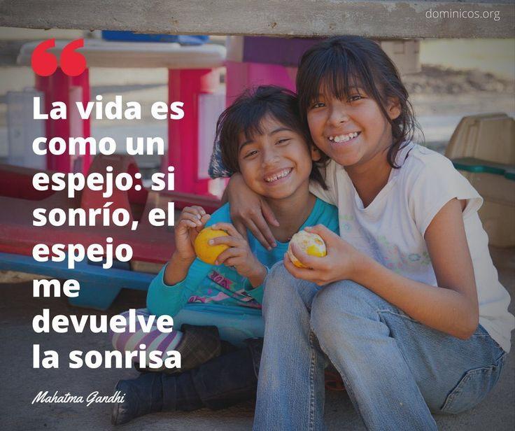 La vida es como un espejo:si sonrío, el espejo me devuelve la sonrisa . #MatahmaGandhi #FelizFinDe #Frases @dominicos_es