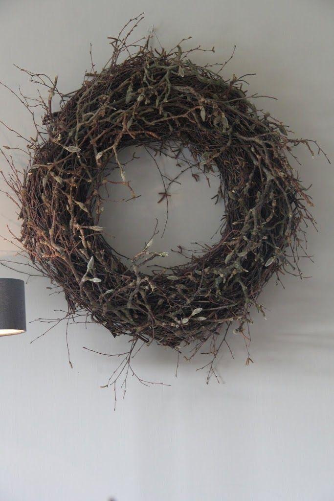 Deze forse voorjaarskrans (doorsnede circa 60 cm) bestaat uit berkentakken en een afwerking met magnoliatakken. De grijsgroene fluweelzachte knoppen van de magnoliatakken maken de krans tot een sfeervolle blikvanger. De kosten van deze workshop incl. materialen, koffie, thee etc bedragen EUR 47,50. De workshopavond gaat om 19.30 uur van start. Vanaf 19.00 is de winkel open zodat je zowel voor ... Lees verder