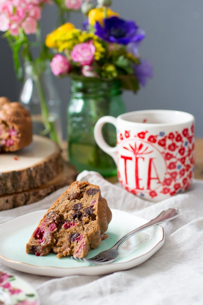 De lekkerste glutenvrije cake voor bij de koffie, vol frambozen en chocolade. Ook lekker met Pasen! Daarnaast is deze cake ook notenvrij en lactosevrij.