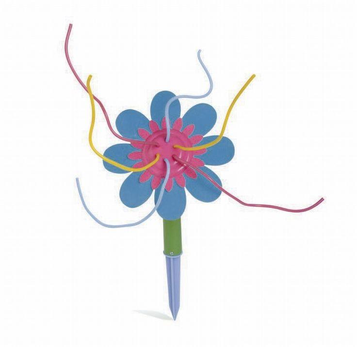 Morsom vannleke til å koble på hageslangen!  Vanntrykket gjør at blomstens mange pollenbærere spruter vann i alle retninger. Her er det ikke lett å holde seg tørr!  Stikk pinnen i jorda og koble på vannslangen. Blomsterhodet kan vinkles. Skal ikke brukes uten oppsyn av voksne.  OBS! Blomsten er gul og rosa.  Mål: H36, Ø19 cm.