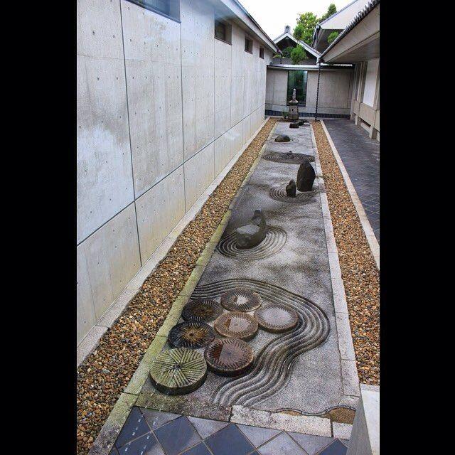 中庭( ´ ▽ ` )ノ✨  美術館の建物の合間にも、小さな中庭が設けられています。こちらは白砂をコンクリート状に固めた上に、波文様や岩、石のオブジェ、灯篭などを配しており、水の上に小さな島が幾つも浮かぶ風景を表しています。中には地面に古い瓦(寺で以前使われていたもの)を埋め込んで波を表した箇所もあります。お寺の雰囲気を意識しつつもとてもモダンな、現代的枯山水庭園です。  ということです(^^) A courtyard at Jotenkaku Museum  #日本#京都#寺#相国寺#美術館#承天閣美術館#庭園#中庭  #Japan#Kyoto#temple#Shokokuji#museum#JotenkakuMuseum#japanegarden#courtyard