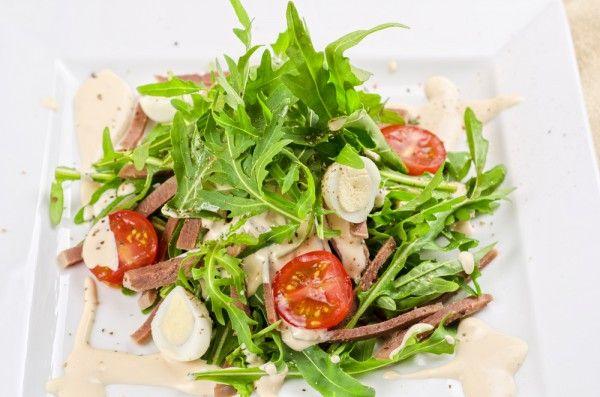 Салат из языка с помидорами черри, перепелиными яйцами и рукколой