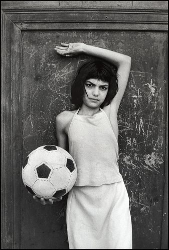 """Letizia Battaglia bambina con il pallone """"Palermo, 1980. Il quartiere Cala.""""   #TuscanyAgriturismoGiratola"""