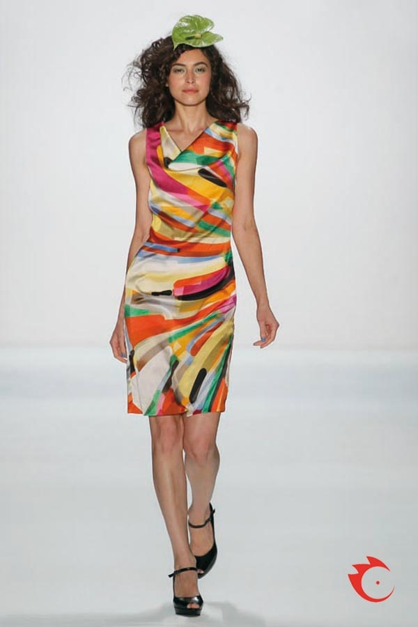 Anja Gockel - farbenfrohes Seidenkleid mit legerem Wasserfallausschnitt.