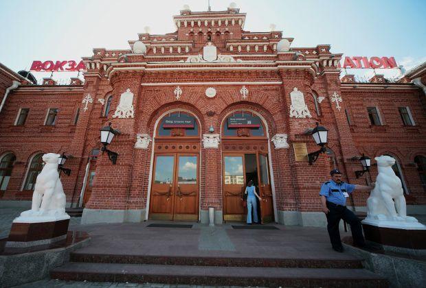 Вокзал — ворота города. Обычно это красивые пышные здания, имеющие историческую ценность, многие — памятники архитектуры. Туристический сервис OneTwoTrip специально для читателей «Ленты.ру» рассказывает о пяти самых красивых старинных вокзалах России, и сегодня принимающих и отправляющих поезда.