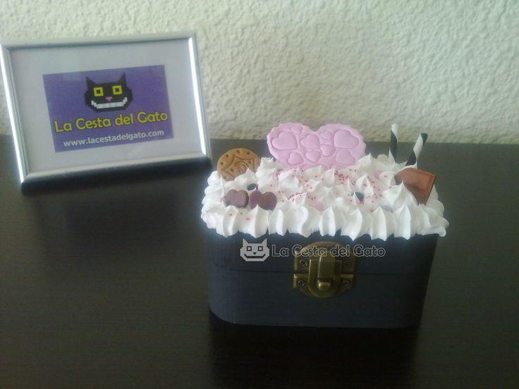 Caja Muérdeme, pintada, decorada y realizada a mano con los siguientes materiales: -Silicona blanca a modo de nata (no comestible) -Fimo (temática: galletas y dulces)  ***Pieza única reproducible***  Visítanos en www.lacestadelgato.com