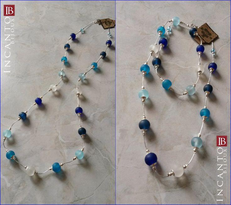 Collana con perle di vetro satinato montata su filo argentato morbido. Può essere portata lunga e semplice oppure doppia giocando con le lunghezze a proprio piacimento. Euro 22.