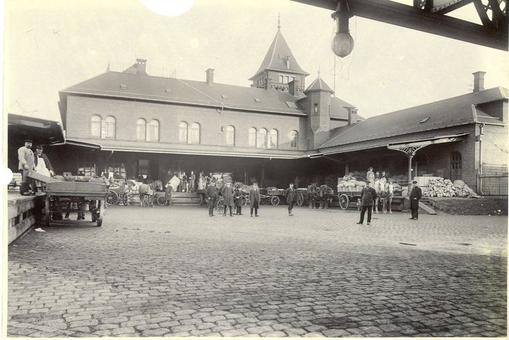 Toldvagt 2, gården, ca. 1900. Her ses pakhusarbejderne og de mange varer.