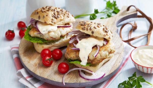 En fiskeburger kan serves som både middag og lunsj, og tas med på tur. I denne oppskriften lager du selv dressingen, men du kan også kjøpe den ferdig i butikken.