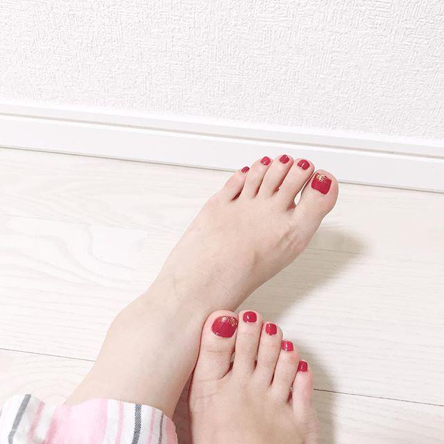 . . ちょっとだけでも女らしく💅 . #ネイル #セルフネイル #フットネイル #selfnail #nail #footnail #エチュードハウス #etudehouse #playnail #パジャマ #浮腫みすぎて足首ない #盛大に家でコケてから右足ふくらはぎの様子がおかしい #一昨日寝てたら右足こむら返り #未だに治らない #歩くたび痛い #いつになったら治るの #歳かな #もうすぐアラサー #泣