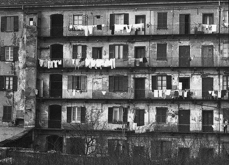 """Una casa di ringhiera negli anni '70. """"Si trovava sul terrapieno ubicato a destra della Stazione di Porta Garibaldi."""" (Foto di Massimo A. Gardini)"""