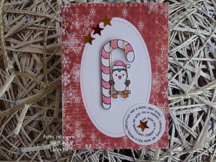 ♫ We wish you a Merry Christmas… ♫ Pare che si diverta molto questo pinguino canterino sull'altalena! ♫…and a happy new year! ♫ Il pinguino e l'altalena di questo biglietto natalizio sono in 3D