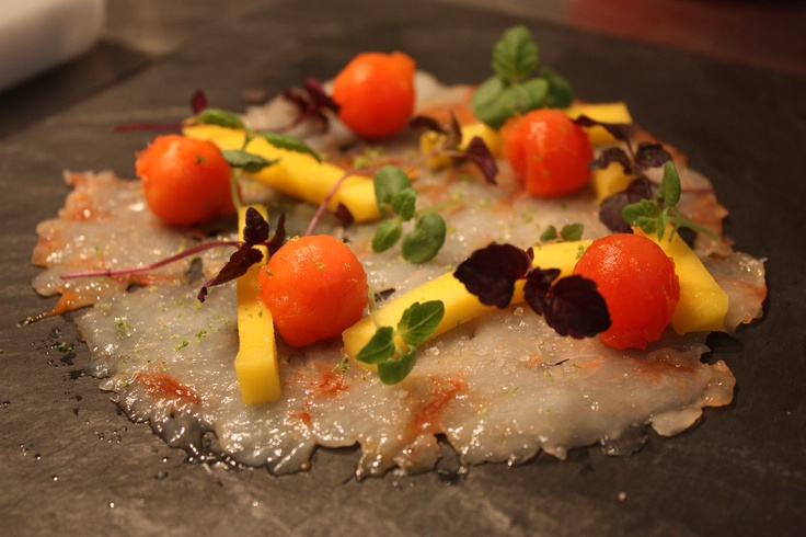 Carpaccio de gambas aux fruits exotiques.  Shrimp carpaccio served with exotique fruits.