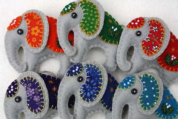 Ornement de l'éléphant, ornement de Noël fait à la main éléphant, ornement de Noël en feutrine, décoration éléphant, ornement de Noël en feutre éléphant en feutre.