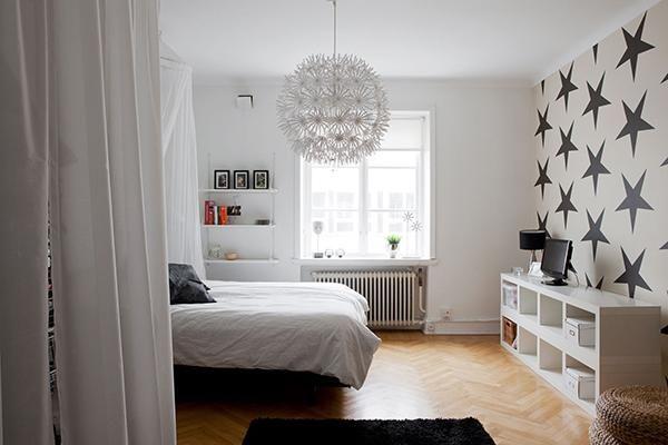 La firma sueca nos deja este dormitorio sencillo y con un marcado diseño nórdico. ¡Viva el blanco y el negro!